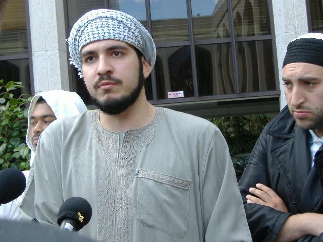 会場から締め出されたムスリムた...