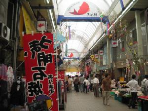 明石の有名な市場、魚の棚(うおんたな)と呼ばれる商店街の中。両側に魚屋さんやそれらの加工食品を売るお店がずらりと。有名なのは明石焼きのお店ですね。この中に何軒も入っています。