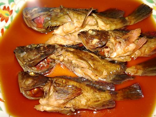 八角形の大皿に入れられた煮魚4尾。ガシラ(カサゴ)です。