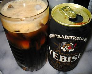 エビスビールの黒缶。グラスに注がれた黒いビールには、しっかり氷が浮いています。
