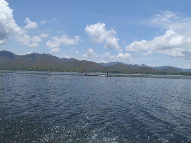 <インレー湖> インレー湖を走る、走る、もっと走る_c0011649_125631.jpg