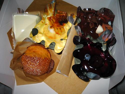 ムース系のケーキが3個、ショートケーキ風がひとつ、パイ風がひとつの合計5個のケーキ。