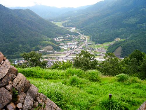 城跡の中断くらいから見える景色は、眼下に町並み、それを囲むように山々が。