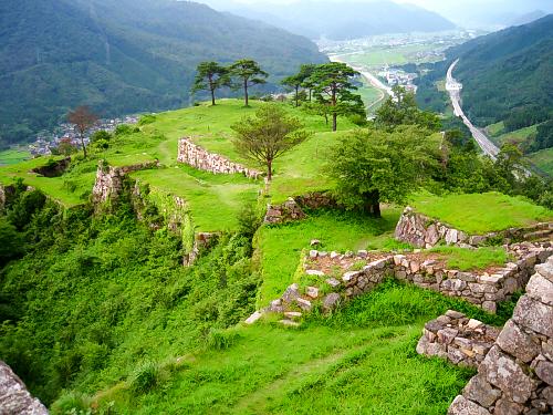 山の上に浮かぶ城砦。天空の城と呼ばれる所以が理解できる光景。これが雲海に包まれたら、それはそれは美しい光景が広がることでしょう。緑と白い石垣のコントラストが、実に綺麗な風景です。