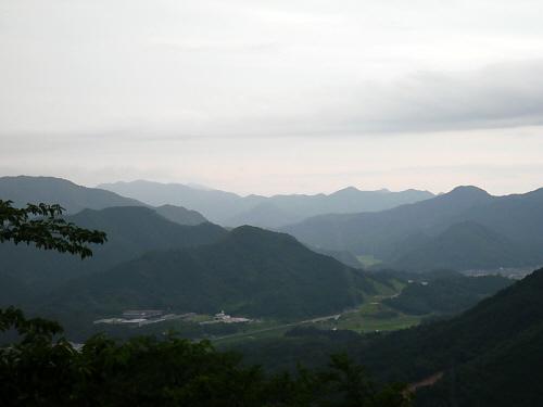 雨が降ってきて、あっという間にあたりは色合いを変えていきます。緑だった山間は、山水画のような色合いに。幻想的な風景が目の前に広がって、もっといたかったけど、傘も持たず、慌てて山を下りました。