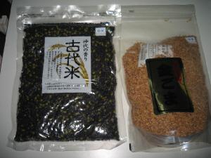 古代米と書かれた大き目の袋に入ったおコメ。隣には金ごまの袋が。