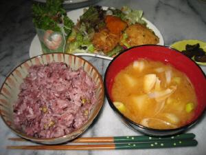古代米のご飯、隣に味噌汁椀、その向こう側に変形の白いお皿にサラダが。その隣にはきゅうりのきゅうちゃんの入った小さいお皿が並んでいます。