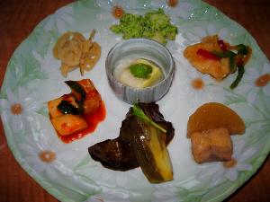 大根のキムチ、レンコンの炒め物、イカのブロッコリー和え、ゴマ豆腐の山掛け、他3種。