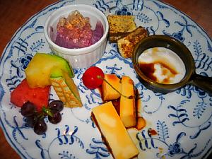 ゴマの杏仁豆腐、プリン、ティラミス、フルーツ、ぶどうのムース。