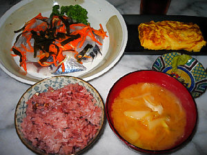古代米のご飯、味噌汁、向こう側の大皿にしめ鯖、隣に玉子焼きが並んでいます。