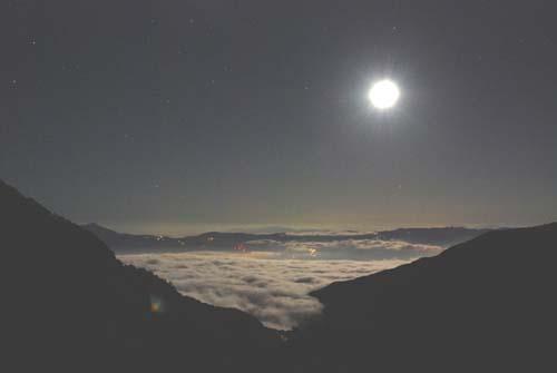 雲海と月夜の贈り物_e0120896_22254344.jpg