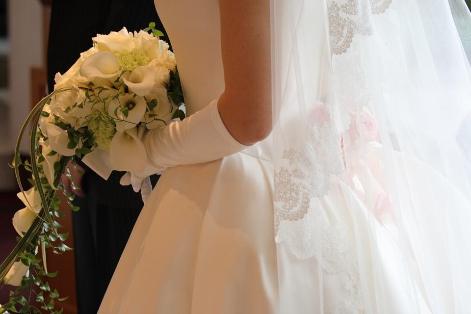 高輪教会の新婦様より2 赤バラのコサージュ _a0042928_055045.jpg