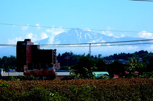 石脇の家 05:土縁から鳥海山を見る_e0054299_9352644.jpg