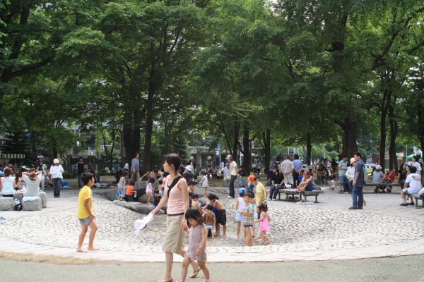大通公園の水遊び_b0103470_21582868.jpg