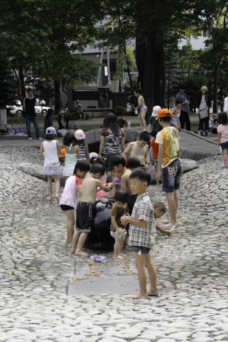 大通公園の水遊び_b0103470_2158571.jpg
