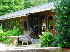 小さな牧場の中にあるヤルゴイというレストランの入り口。緑の風景に溶け込むような外観です。