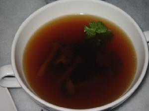 白いスープカップに入った濃い目の茶色のスープ。