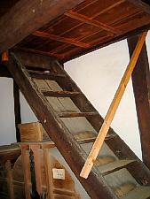 屋根裏か、二階に上がる階段。二階の入り口は木の板で塞がっていて、跳ね上げ式なのか、スライド式なのかは解りませんでした。