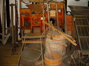 ザルや桶、天秤棒の付いた桶、その他色々な農機具が沢山並んでいました。