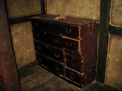 奥座敷の一番奥まったところに置いてあった箪笥。これも相当古いものです。