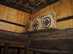 鴨居の上に棚が作られそのうえに家紋の入った箱が三つ並んでいます。薬箱か何か大切なものを仕舞う場所だったのかな?