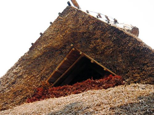 屋根の中心部。三角形に整えられた頂点の部分。屋根の厚みと、形の美しさに目を見張るばかり。