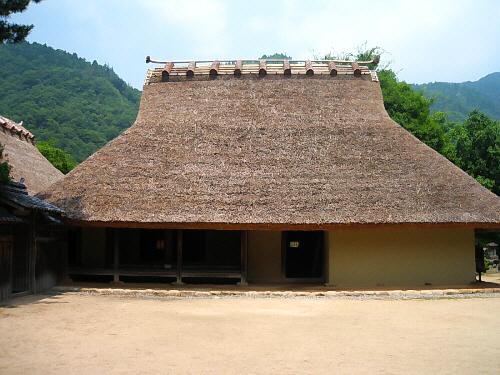 母屋の全体像。外から眺めると屋根の部分が7割、壁の部分が3割のバランス。でも先端が細くなりハの字をモチーフにしたような屋根の形が全体を引き締めて、実に美しい建物に仕上がっています。