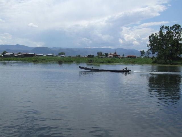 <インレー湖> インダー族の村へ_c0011649_23352653.jpg