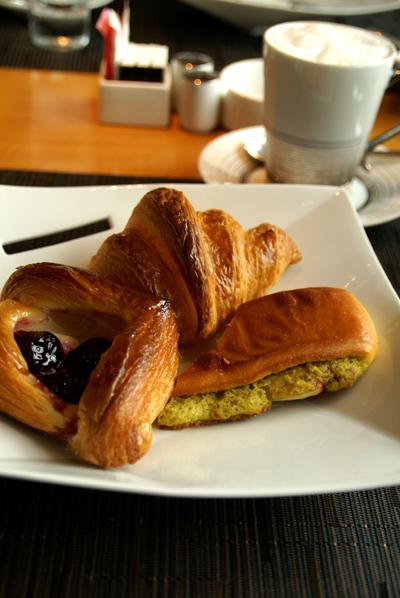 朝食をご一緒に_d0028499_19133888.jpg