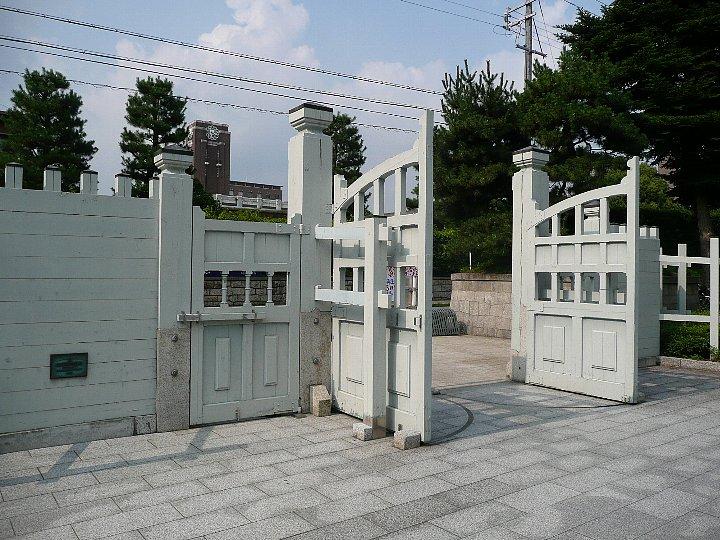 京都大学・総合人間学部正門 : ...