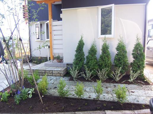 小砂の家に植栽が入りました。2007/8/8_a0039934_1839451.jpg