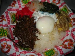 中華っぽい模様はついていますが、これもスーパーのパックのまま。ビビンバの具と温泉卵が真ん中に乗った丼風のご飯。