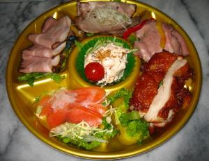 同じくスーパーの丸いトレーに入ったままのオードブルセット。サラダやローストビーフもどき、チキンなどが並んでいます。