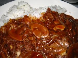白いお皿に盛り付けられたビーフストロガノフ。マッシュルームやお肉玉ねぎなどの具がルーの中に見えています。