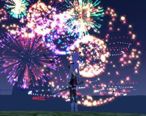 ゲームの中の一画面。ブルーの空いっぱいに、花火が打ちあがり、花火を背景に私の分身のキャラクターが立っているところ。手には長い剣を携えています。