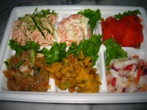 同じくスーパーのトレイに入ったままのお惣菜の詰め合わせパック。中華くらげ・サーモン・エビマヨ・タコのサラダ・カボチャの煮物・たらこパスタ。