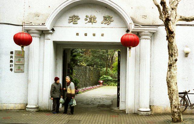 立ち話  上海_b0112443_1857546.jpg