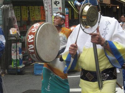 下北沢祭りの阿波踊りは夕方7時のお知らせ。♪
