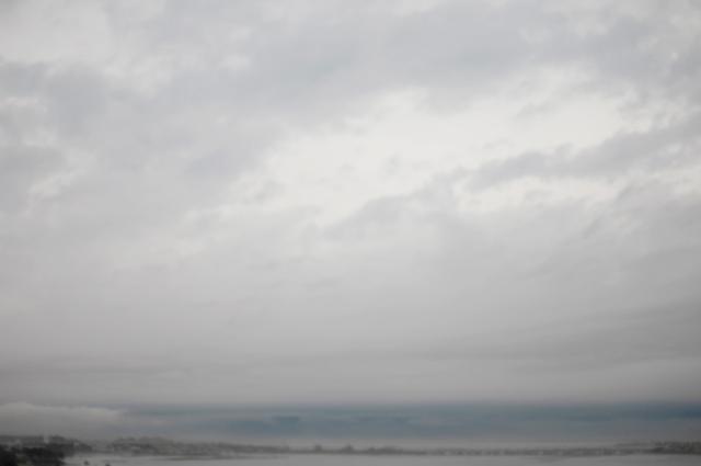 海は荒れて空は厚く覆われた暗い雲一色でした。浜松の国道1号線バイパスの路肩から海岸一部と空を撮りました。画面下の一部だけ海の蒼さが残り、空の雲模様が写ってます。