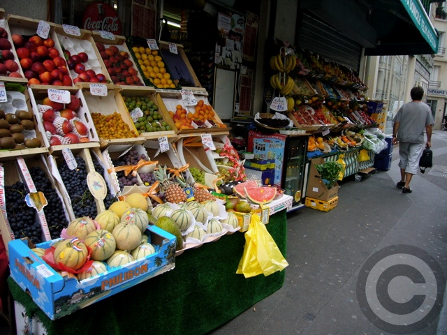 ■街角の果物とキノコ(パリ)_a0014299_8565079.jpg