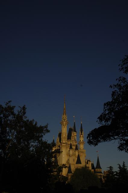 夜のお城です。いや、夕方かな。人以外の写真は数枚しか撮らなかったので、自分のお土産的な一枚です。
