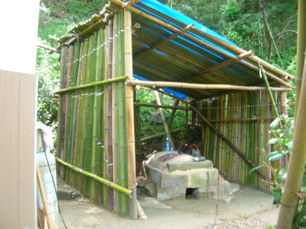 現在缶は断熱保温セメントで被覆埋設して、竹材の乾燥を待っています、火入れ... 友を求めて