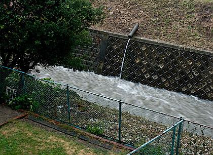 大阪に大雨洪水警報発令中_c0002682_9342371.jpg