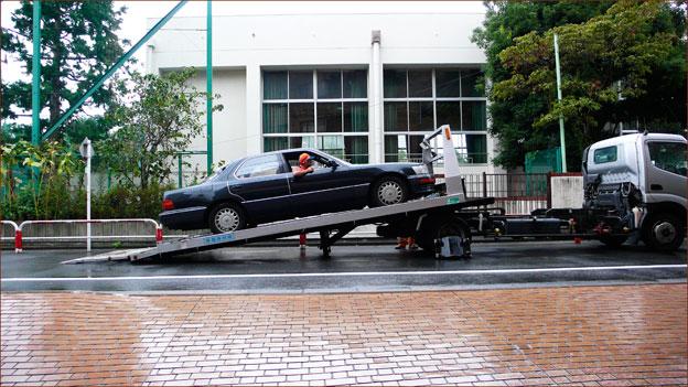 台風の風雨と共に連れ去られた車_a0031363_23581833.jpg