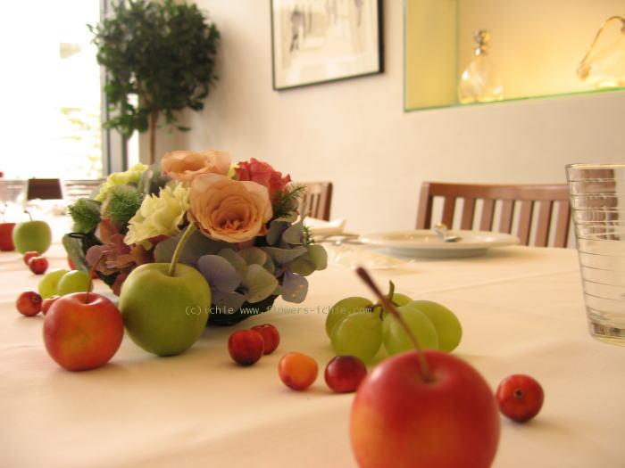 一年後      トリカゴとリンゴの会場装花 _a0042928_2391362.jpg