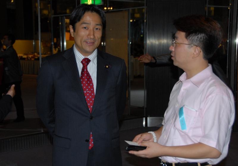 因输血感染艾滋病的日本参议员参加国庆58周年酒会_d0027795_17847.jpg