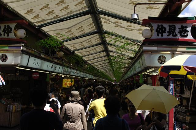 浅草のお土産屋さん通りというのでしょうか。めちゃ人であふれてるアーケード通りです。
