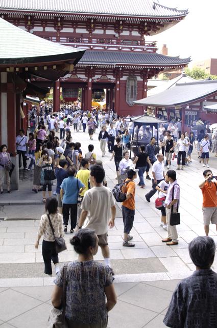 浅草の本堂側から、入口方面を撮ってます。やはり凄い人です。しかも暑かったのです。