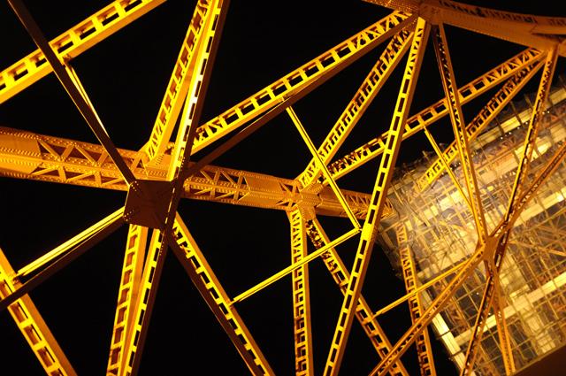 東京タワーの真下に入り込んで見上げています。結構でかい建物ですね。しかしここは夜男だけで来る場所ではなかったようです(笑)