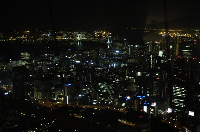 酷い夜景です。東京タワーからレインボーブリッチを撮りましたが、室内の明るさがカメラに入ってしまいちょっと・・・そんな見栄えです。本物は綺麗でしたよ。でもカップルだらけでした(笑)